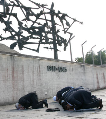 dachau muslim Last week, eight muslim leaders from communities across the united states took part in a trip to dachau and auschwitz as part of an initiative to foster interfaith understanding and awareness on the holocaust, the jewish daily forward reports.